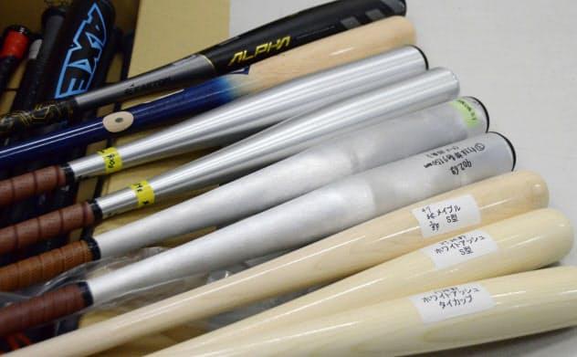 製品試験に用意されたさまざまなバット(17日、東京都内)=共同