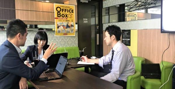NTTグループは社員のテレワークを推奨している(都内でテレワークをするNTTコムの社員)