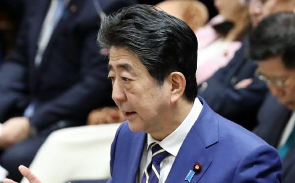 衆院予算委で答弁する安倍首相(17日)