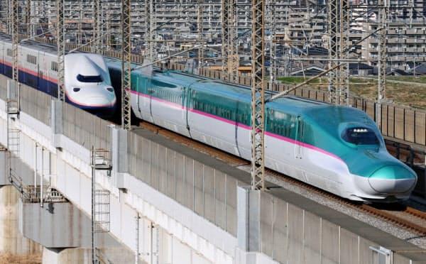 東北新幹線(右)と上越新幹線(左)の車両
