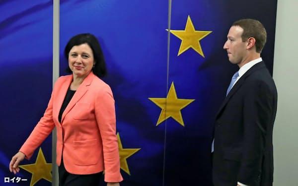 EUの幹部との会談にのぞんだフェイスブックのザッカーバーグCEO(右)(17日、ブリュッセル)=ロイター