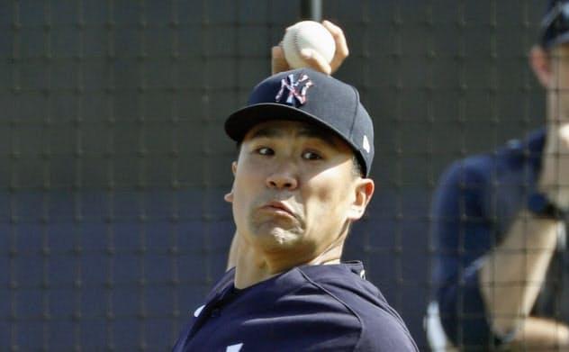 打者と対戦形式で登板したヤンキース・田中(17日、タンパ)=共同