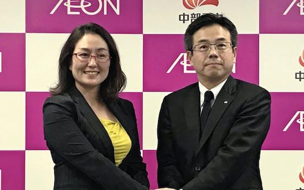 握手するイオンの三宅香執行役(左)と中部電の林欣吾取締役(2018年、名古屋市)