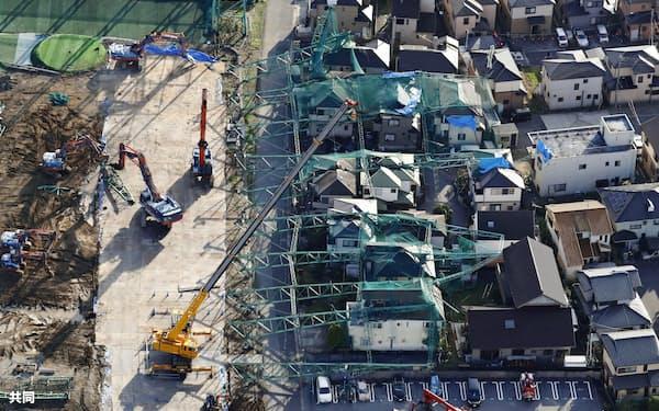 台風15号の影響で倒れたゴルフ練習場の鉄柱の撤去作業(2019年10月、千葉県市原市)=共同