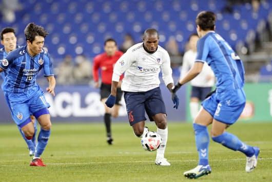 FC東京はアダイウトン(中央)とレアンドロを獲得。強力な3トップ形成で戦力が上がっている=共同