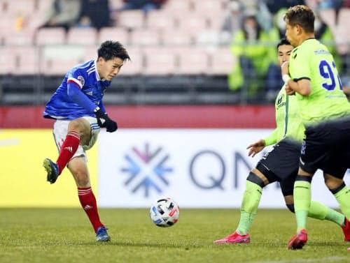 横浜M・遠藤(左)ら東京五輪をめざす若手はチームをけん引する活躍を見せられるか=共同