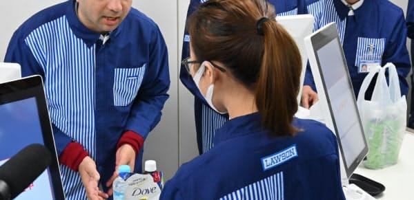 接客の研修を受ける外国籍のローソン従業員