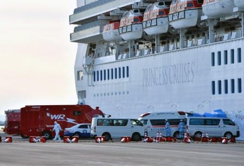 横浜港に着岸したクルーズ船「ダイヤモンド・プリンセス」の前に並ぶ救急車両(6日午前、横浜市鶴見区)