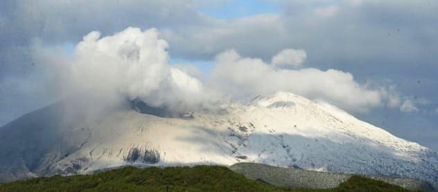 雪化粧した桜島(18日午前、鹿児島市)=共同