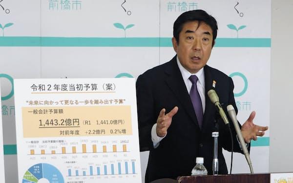 2020年度予算案を説明する山本市長(18日、前橋市)