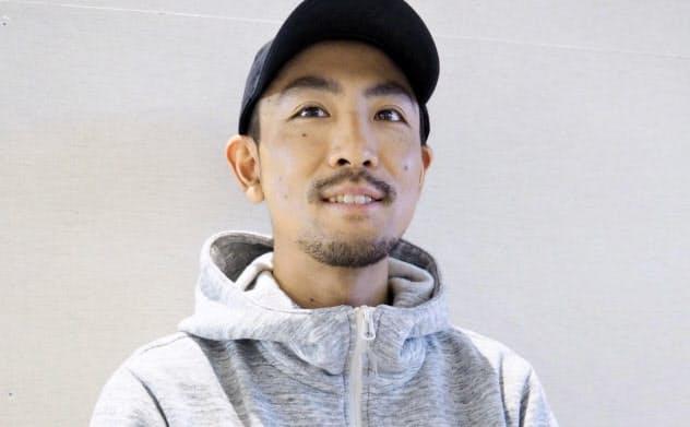 W杯終盤戦を前に取材に応じるノルディックスキー複合の渡部暁斗(18日、成田空港)=共同