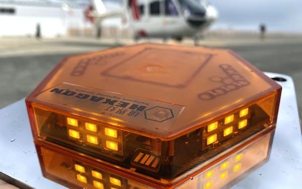 共同開発した簡易式ヘリポート夜間灯火「ヘキサゴン」(18日、神戸市)