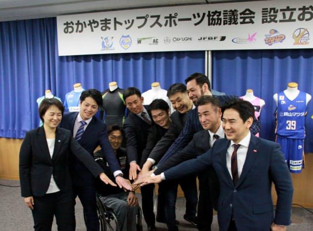 記念撮影に応じるトップスポーツ9団体の代表者(18日、岡山市)