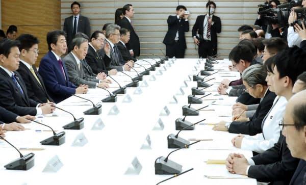 首相官邸で開かれた新型コロナウイルス感染症対策本部(18日)