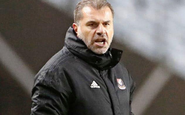 昨季の王者、横浜Mのポステコグルー監督。腹心のコーチが清水に流出した=共同