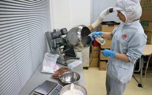 三幸製菓(新潟市)の開発棟で新商品の開発を手掛ける新規事業開発チーム