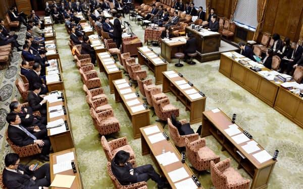 一部の野党が欠席したまま開始された衆院予算委(18日午前)=共同
