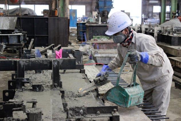 工場内では特注のコンクリート製品を作っている(熊本県長洲町)