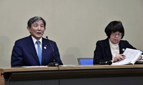 記者会見する和歌山県の仁坂吉伸知事(左)ら(18日午後、和歌山県庁)=共同