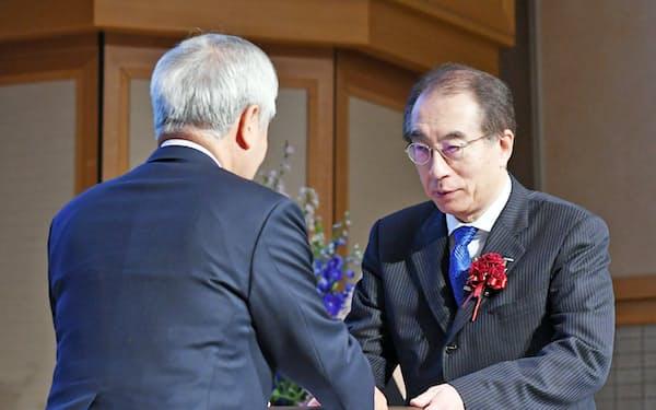 大賞を受賞したサントリーHDの鳥井副会長(右)(18日、東京都千代田区)