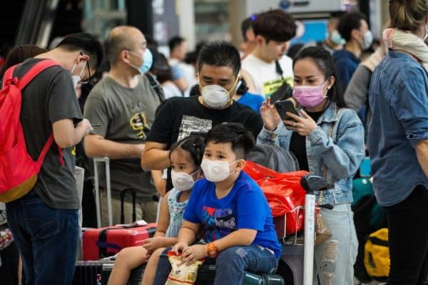 タイのスワンナプーム空港ではマスク姿の旅行客が目立つ(バンコク)=小高顕撮影