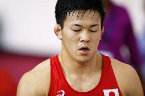 男子グレコローマン87キロ級3位決定戦 カザフスタン選手に敗れ、引き揚げる鶴田峻大(18日、ニューデリー)=共同