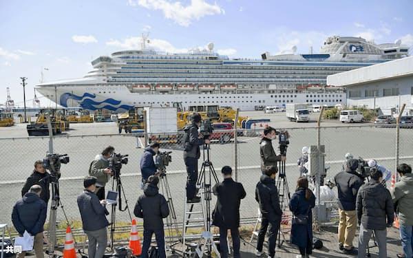 横浜港に停泊中のクルーズ船「ダイヤモンド・プリンセス」(18日午前)=共同