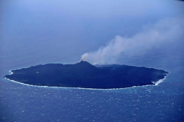 17日午後に上空から観測した東京・小笠原諸島の西之島=海上保安庁提供・共同