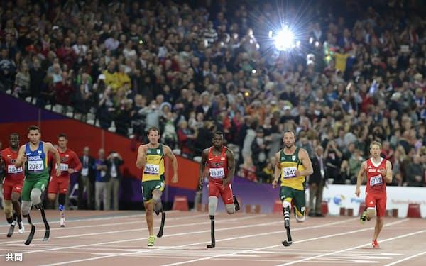 ロンドン大会の陸上男子200メートル決勝で、観客の大歓声を浴びて疾走する選手たち=共同