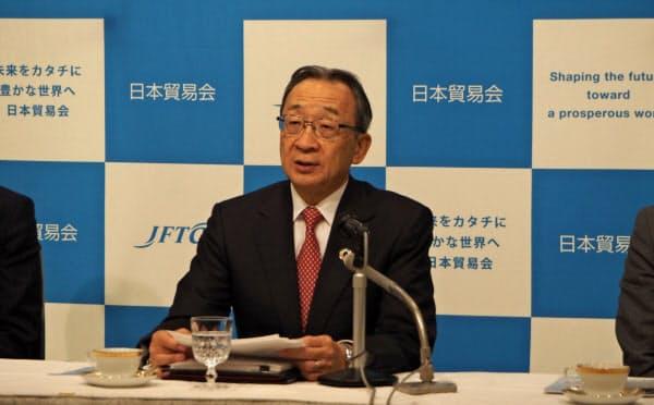 記者会見する日本貿易会の中村邦晴会長(19日、東京都内のホテル)