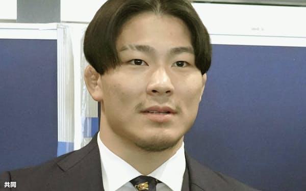 ドイツへ出発前に取材に応じる柔道の向翔一郎(19日午前、成田空港)=共同