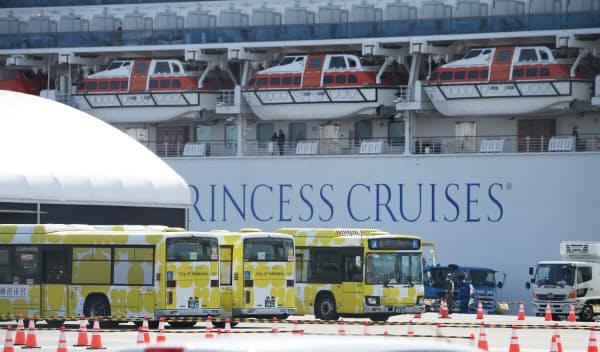 クルーズ船「ダイヤモンド・プリンス」が停泊する横浜港を出発するバス(19日)