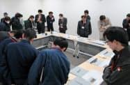アイシン北海道の金型部品や生産ラインを見学した(19日、苫小牧市)