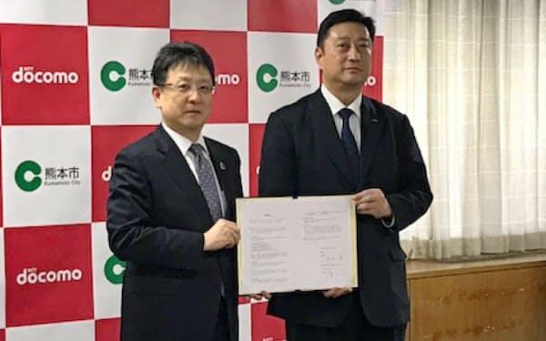 連携協定を結んだ熊本市の大西一史市長(左)とNTTドコモ九州支社の山崎拓支社長(熊本市)
