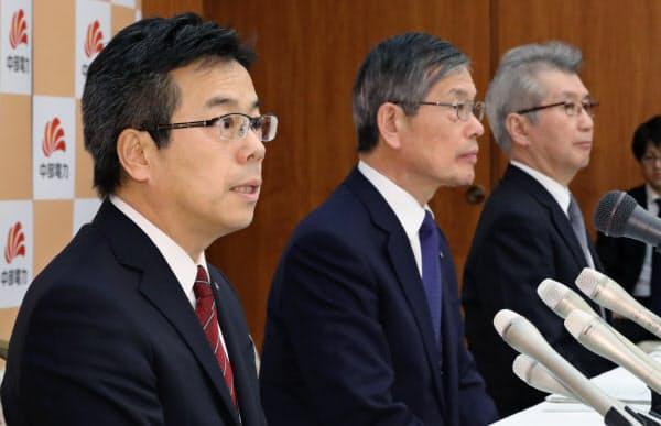 記者会見する(左から)中部電力の林次期社長、水野会長、勝野社長(19日、名古屋市東区)