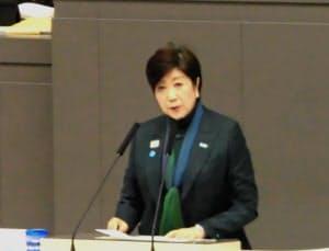 施政方針演説をする小池氏(19日、都議会本会議場)
