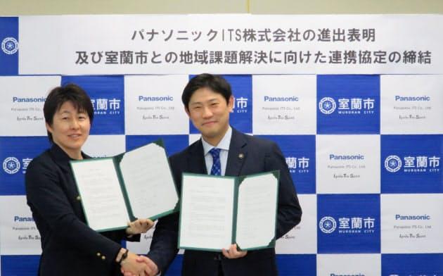 北海道室蘭市進出を表明した田辺孝由樹パナソニックITS代表取締役(左)と、歓迎する青山剛市長(2020年2月19日、室蘭市役所)