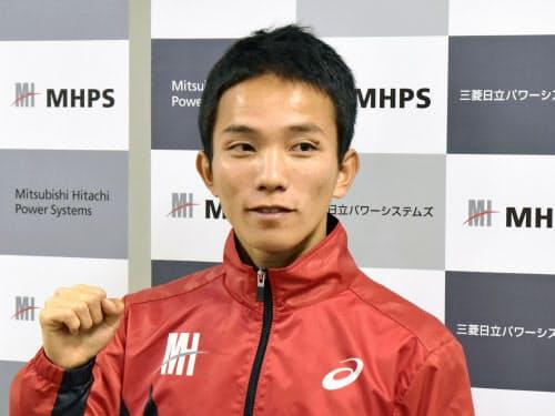 取材に応じポーズをとる男子マラソンの井上大仁(19日、長崎市)=共同