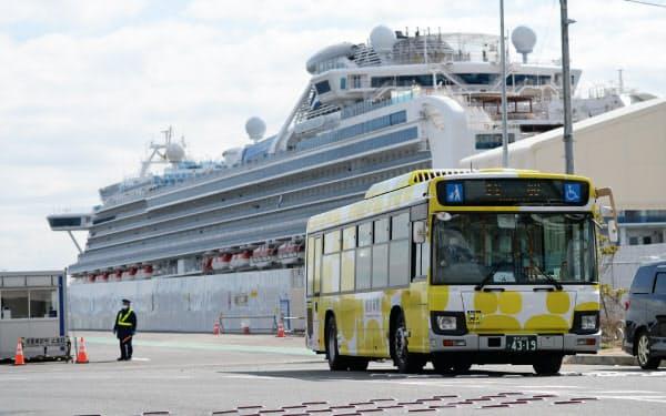 クルーズ船が停泊する横浜港から出るバス(19日)