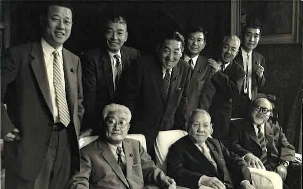 藤山氏を党総裁に担ぐため派閥幹部は連日集まった(左下が藤山氏)