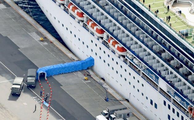 19日、クルーズ船「ダイヤモンド・プリンセス」から乗客の下船が始まった