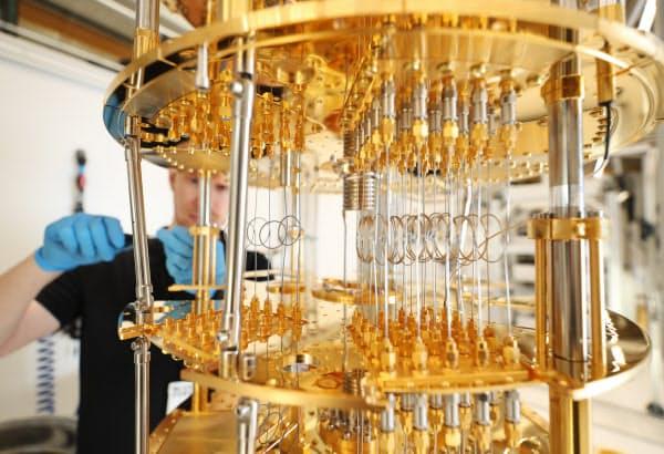 世界で約7割のシェアを占めるフィンランドのブルーフォース社の冷凍機。量子コンピューター研究に不可欠な極低温をつくり出す(ヘルシンキ)
