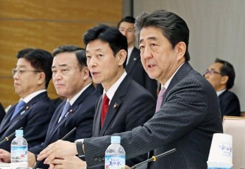 全世代型社会保障検討会議であいさつする安倍首相(19日、首相官邸)