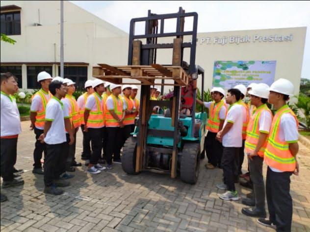 インドネシアでの職業訓練事業でフォークリフトの実習を受ける研修生ら