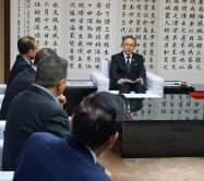 観光関連団体の要請を受ける沖縄県の玉城デニー知事(19日、県庁)