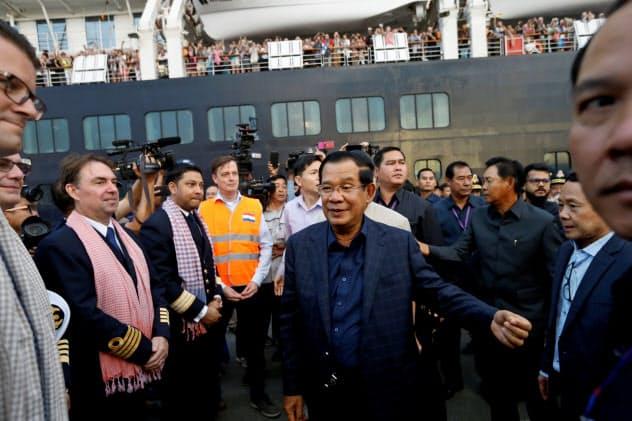 クルーズ船「ウエステルダム号」の寄港時にはフン・セン首相も出迎えた(14日、シアヌークビル)=ロイター