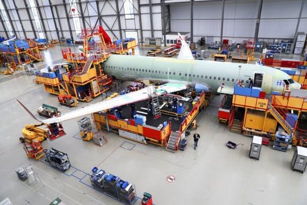 エアバスの工場にあるロボットなどには産業データが蓄積されている(同社の独ハンブルク工場)=AP