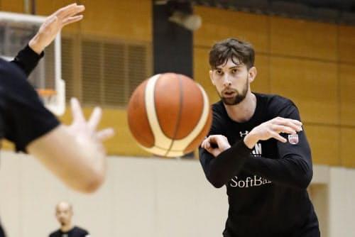 アジア杯予選に向け、調整するバスケットボール男子のロシター(19日、東京都北区の味の素ナショナルトレーニングセンター)=共同