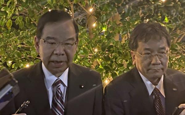 会談後に記者団の取材に応じる立憲民主党の枝野幸男代表(右)と共産党の志位和夫委員長(19日、都内)