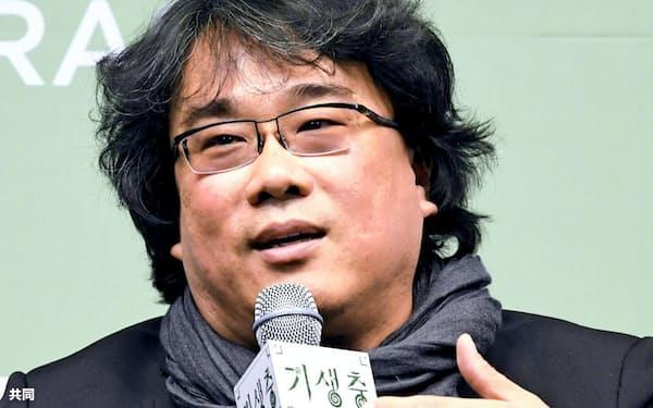 ソウル市内で記者会見する韓国映画「パラサイト 半地下の家族」のポン・ジュノ監督(19日)=共同